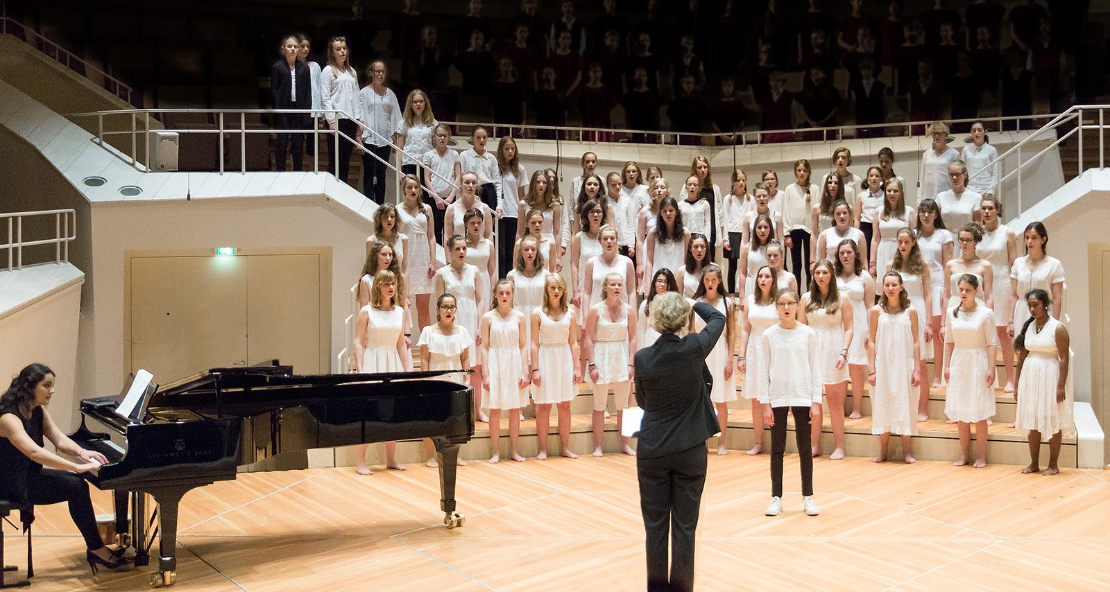 Der Berliner Mädchenchor (Konzertchor und Kleiner Konzertchor) beim Konzert in der Philharmonie Berlin.